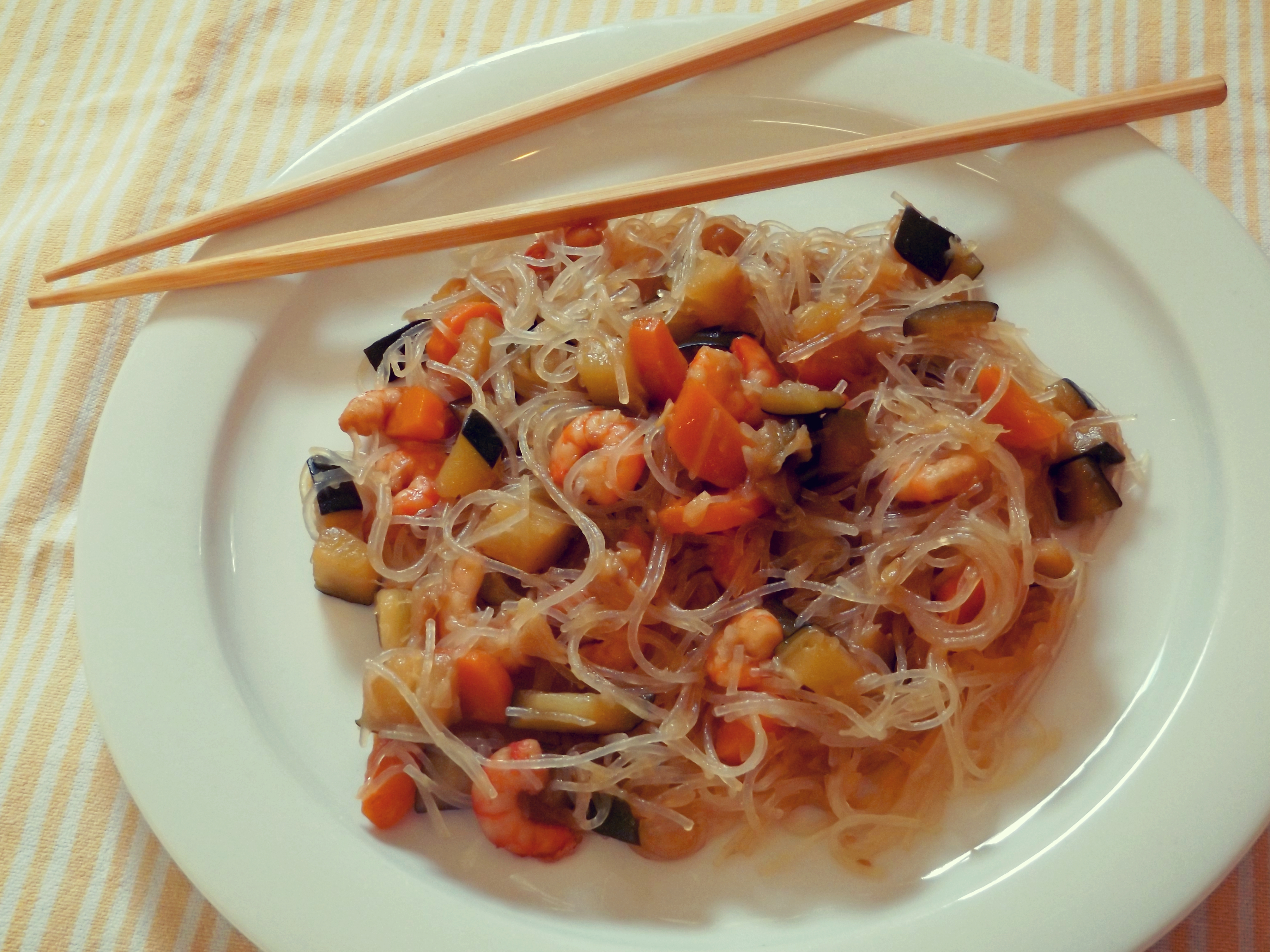 Rice spaghetti with shrimps and vegetables