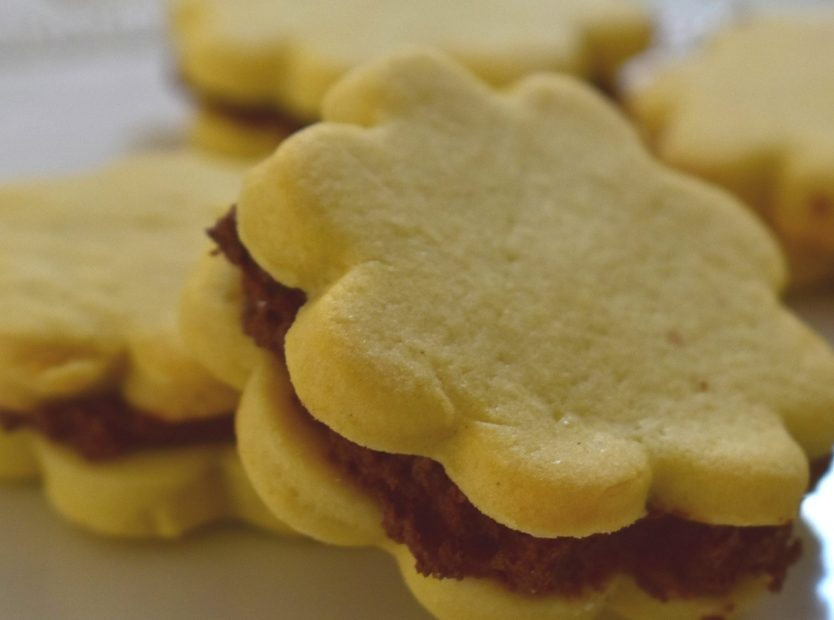 Crumbly biscuits filled with chocolate (without baking powder)