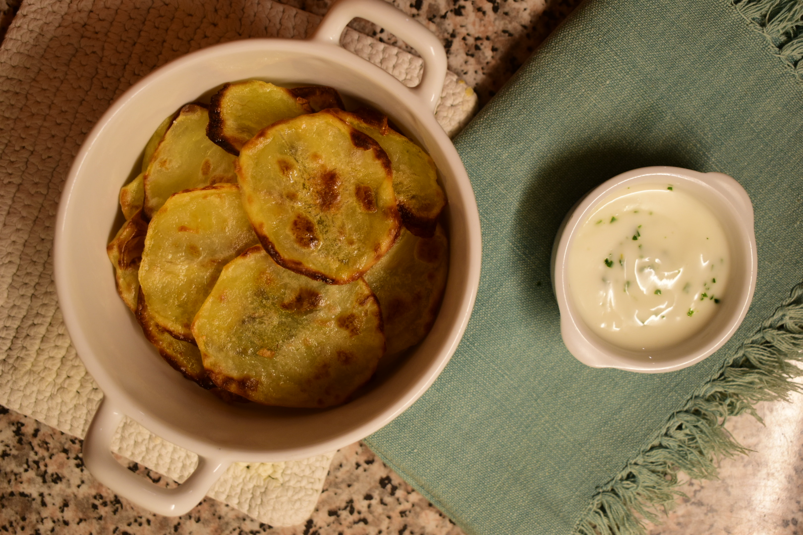 Oven baked chips with yoghurt sauce