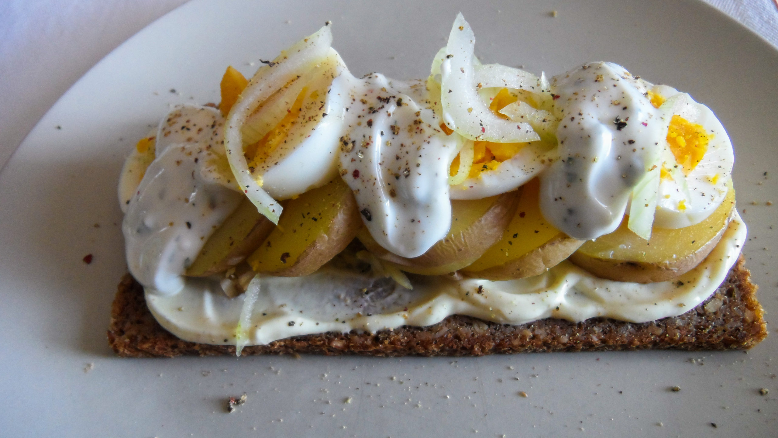 Smørrebrød with double Skyr sauce, potatoes and eggs