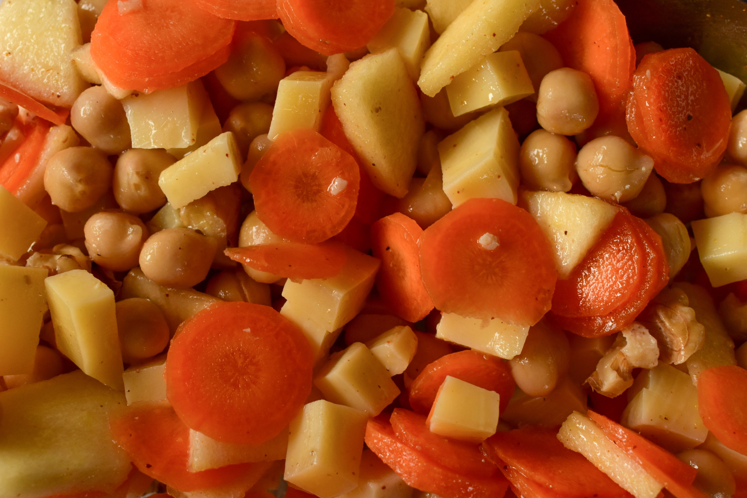 Spicy salad with chickpeas, carrots, walnuts and apples